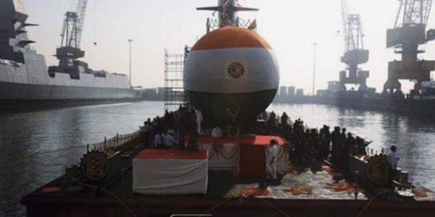 Hindistan'ın üçüncü denizaltısı da suyla buluştu
