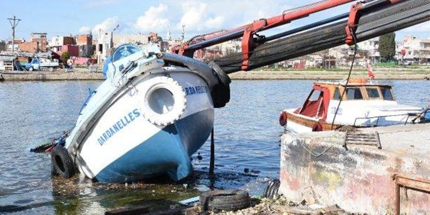 Üzerine vinç düşen tekne paramparça oldu
