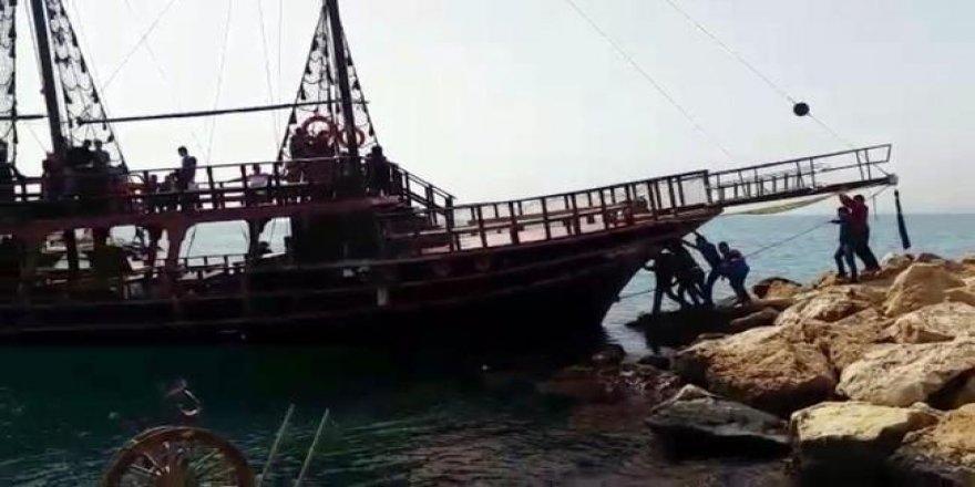 Antalya'da tur teknesi kayalıklara çarptı