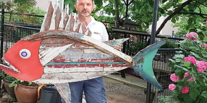 Denizden çıkardığı çöpleri sanata dönüştürdü