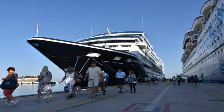 'Zenginler Gemisi' Azamara Journey Kuşadası'nda
