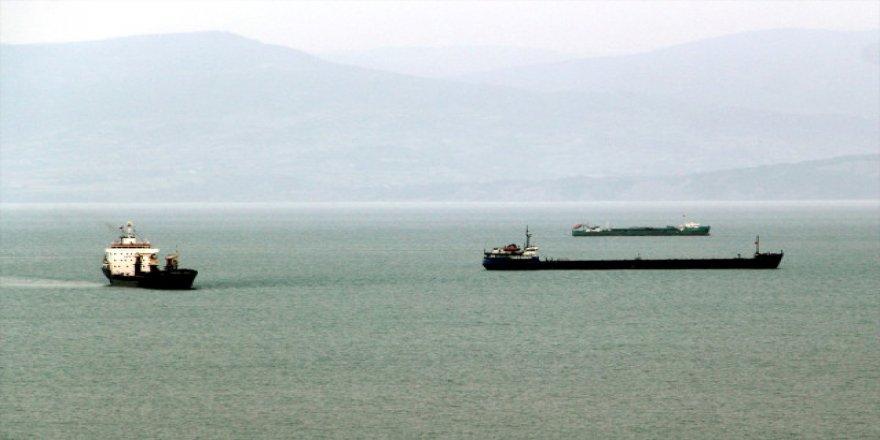 Karadeniz'de dev dalgalar gemilere geçit vermiyor