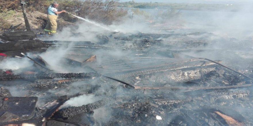 Burhaniye'de balıkçı barınağı ve tekneler yandı
