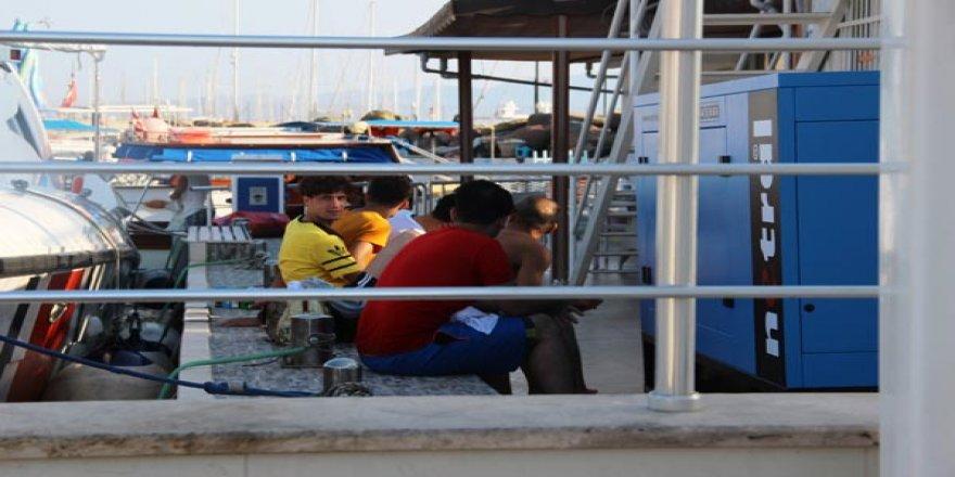 Batan bottaki göçmenleri tur teknesi kurtardı