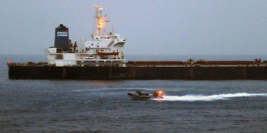 Kızıldeniz'de demirleyen bir tankerde petrol sızıntısı!