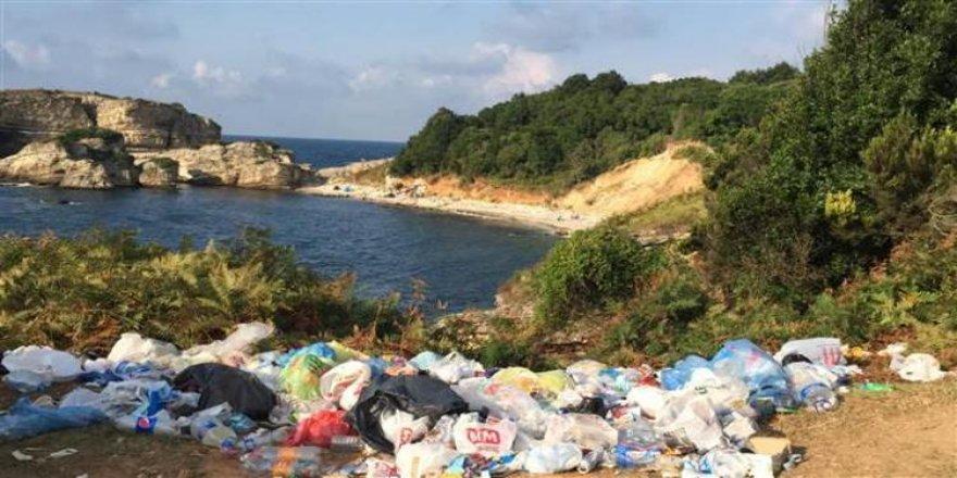 Sardala Koyu'nda çöp dağları
