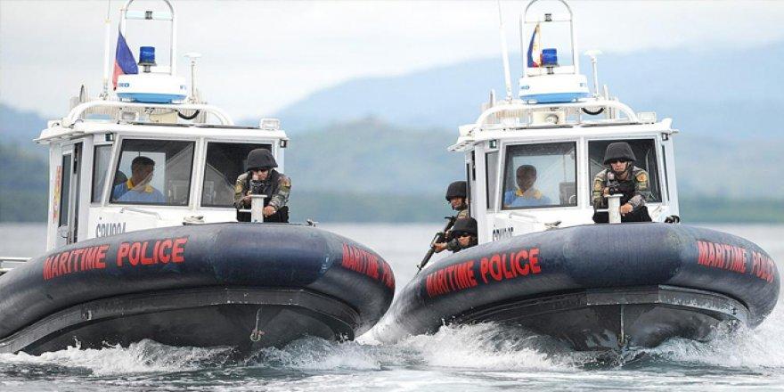 Endonezya tutuklu Filipinli kaptanları iade etti