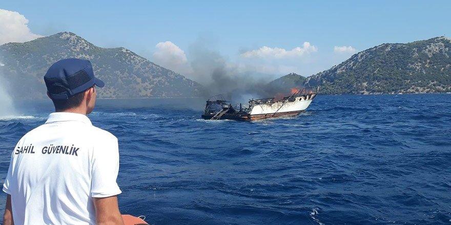 Göcek'te milyonluk tekne yanarak battı