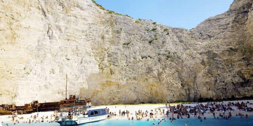 Navagio Plajı'na falezden kaya düştü: 7 turist yaralı