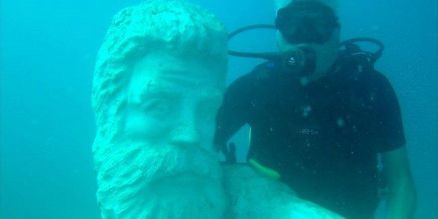 """Su altındaki müzeye yeni heykeller """"batırıldı"""""""