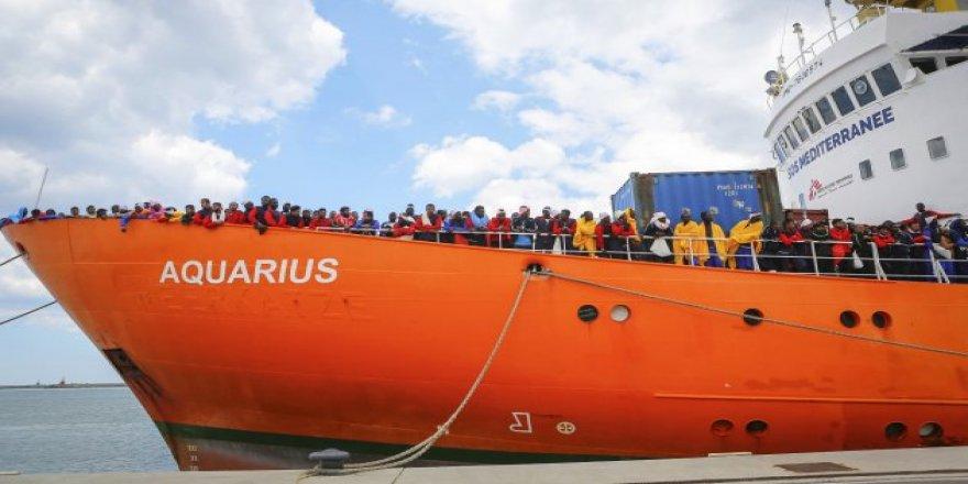 Gemide bekleyen mülteciler Fransa'ya yöneldi