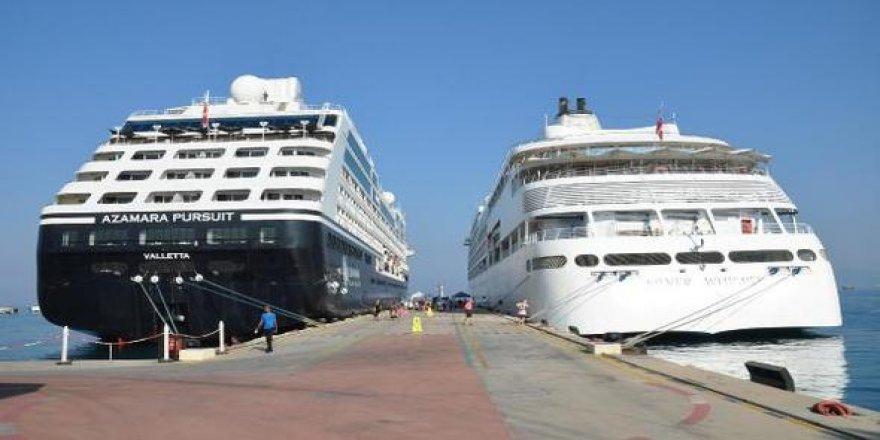 Kuşadası'na iki gemi ile bin 65 turist geldi