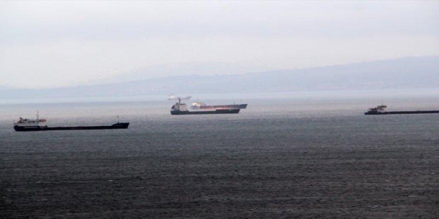 Gemiler Sinop'ta fırtınanın dinmesini bekliyor