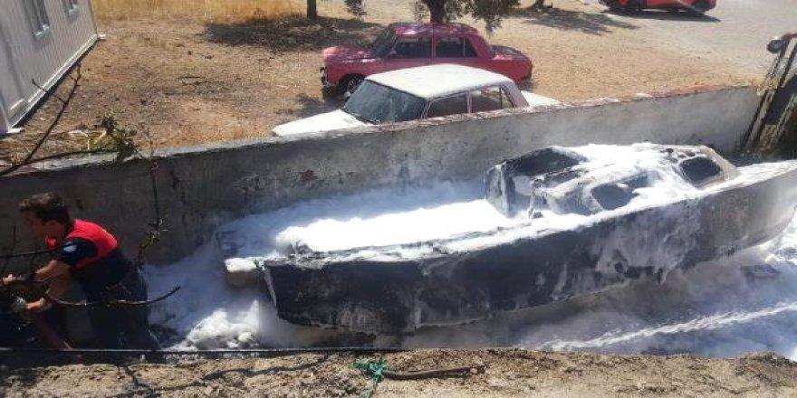 Tamir için bekletilen tekne yandı