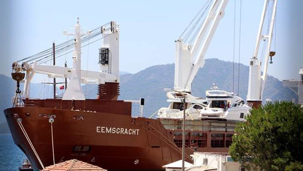 Lüks yatlar kargo gemisiyle Marmaris'e geldi