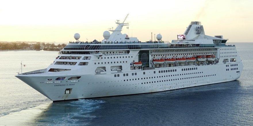 Kruvaziyer gemisi Michael Kasırgası'na yakalandı