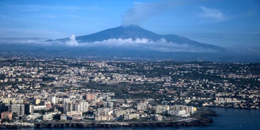 Etna Yanardağı denize kayıyor