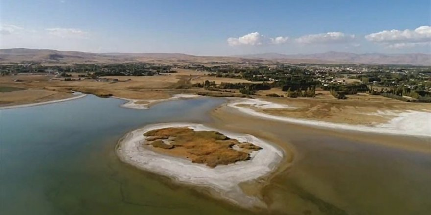 Van Gölü'nde sular çekilince adacık ortaya çıktı