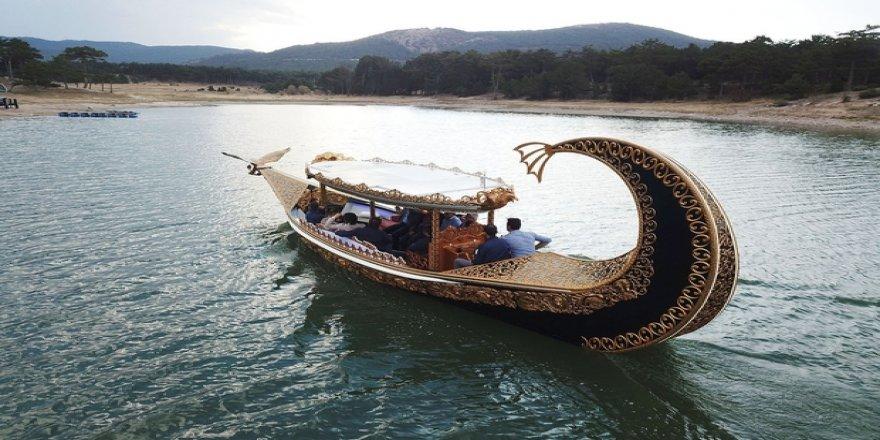 Bozkırın ortasında turizm için tekne inşa ediyor