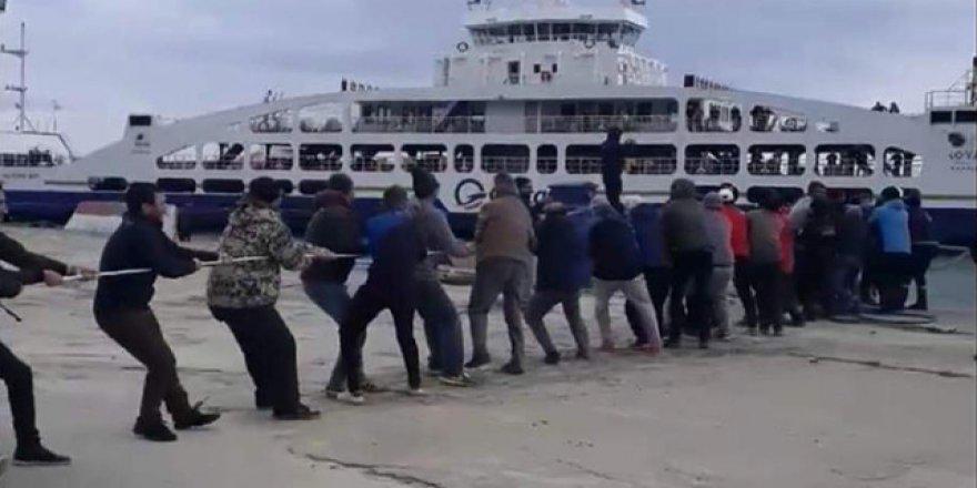 Bozulan feribotu halatla kıyıya çektiler