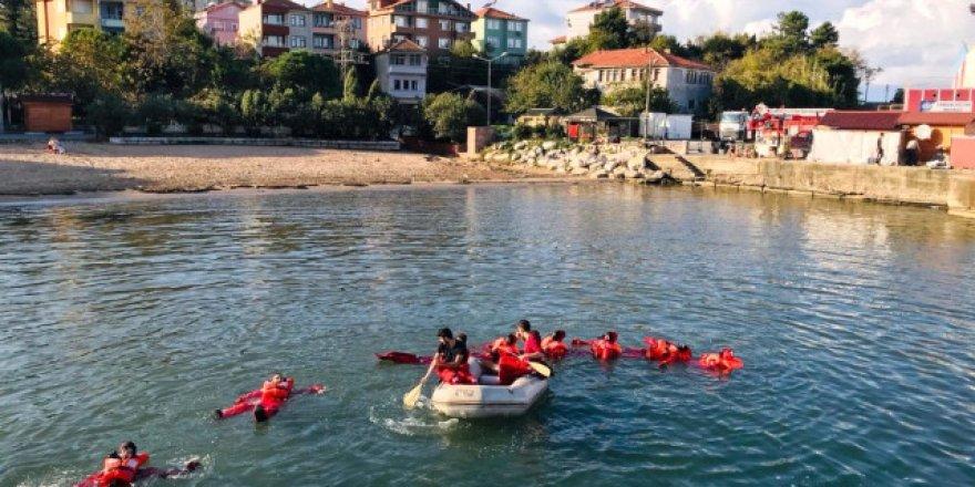 Öğrencilere 'Denizde canlı kalabilme eğitimi'