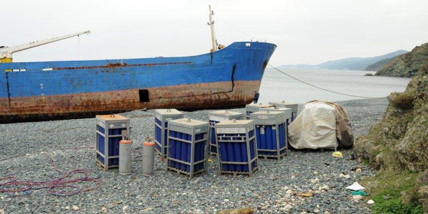 Karaya oturan gemileri sökerken yakalandılar