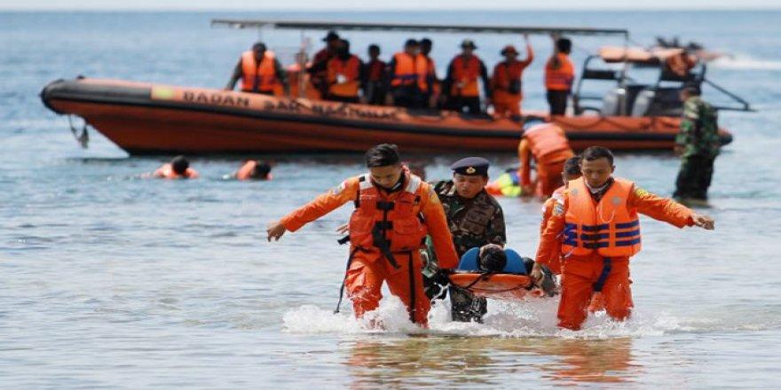 Endonezya'da gemi battı: 7 denizci kayıp