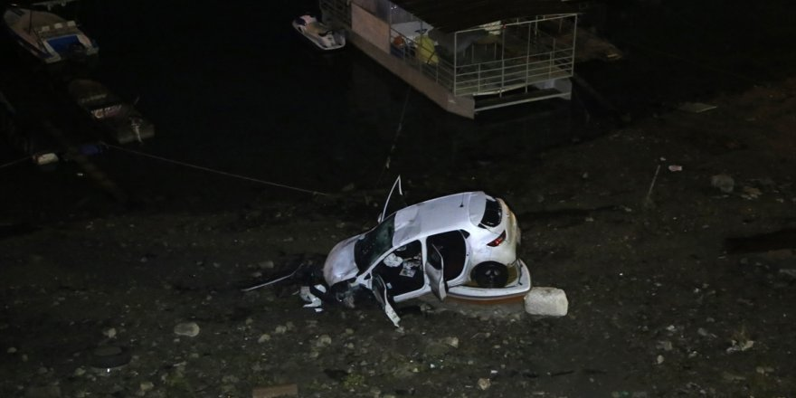 Otomobil marinadaki teknenin üstüne düştü