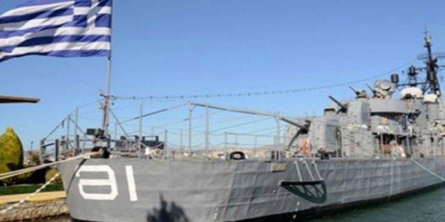 Yunan donanması halkın insafına kaldı