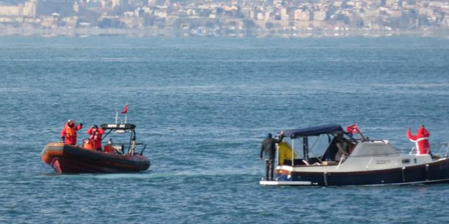 Kadıköy açıklarında bir tekne kayalıklara çarptı