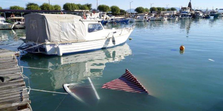 Finike'de şiddetli rüzgardan 2 tekne battı