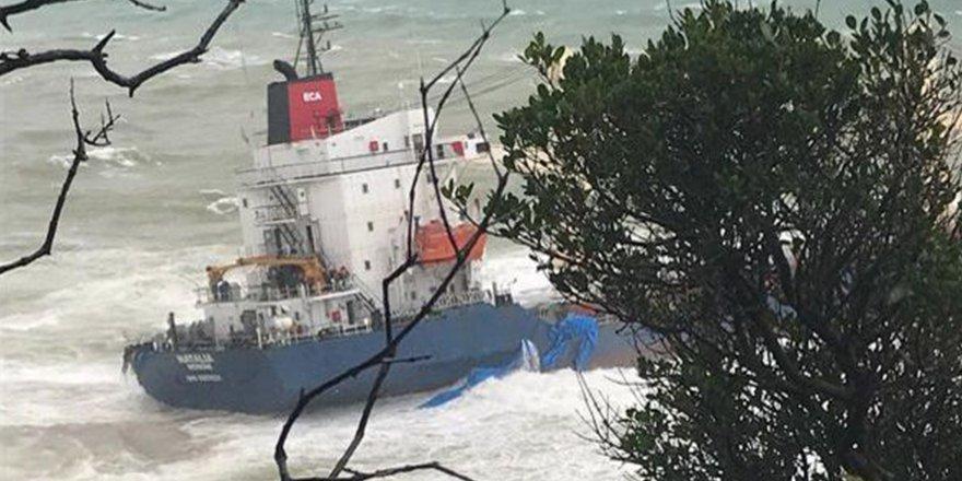 Şile'de karaya oturan gemi kurtarılmayı bekliyor