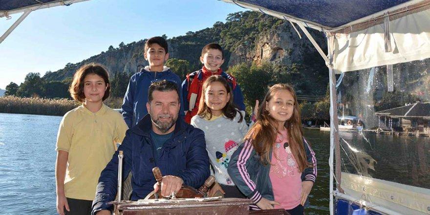 Bu öğrenciler okula tekneyle gidip geliyor
