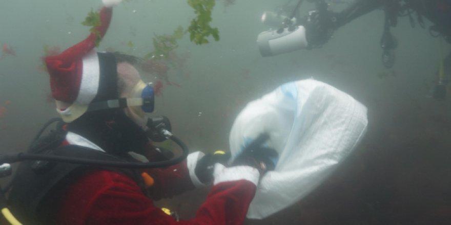 Noel Baba, denizde plastik topladı