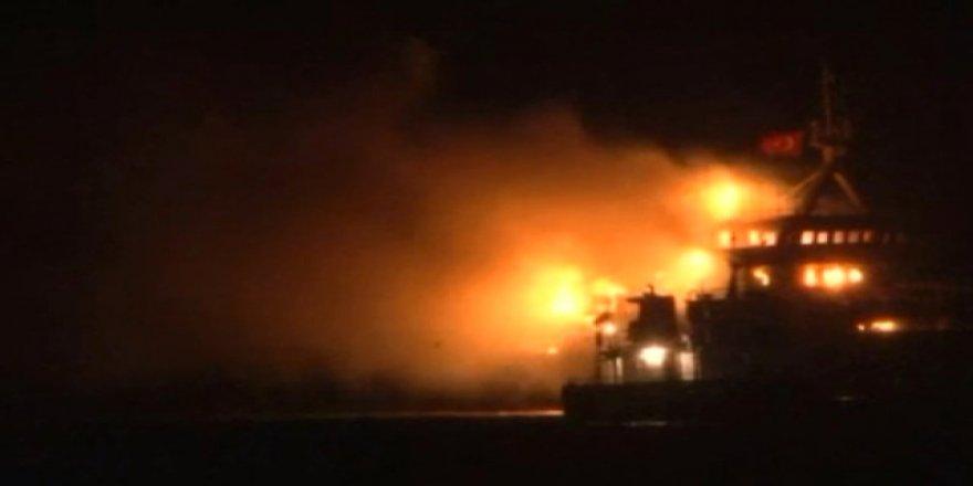 Pendik açıklarında gemi yangını
