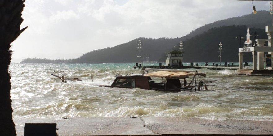 Tekneler yağmur ve fırtınaya dayanamadı