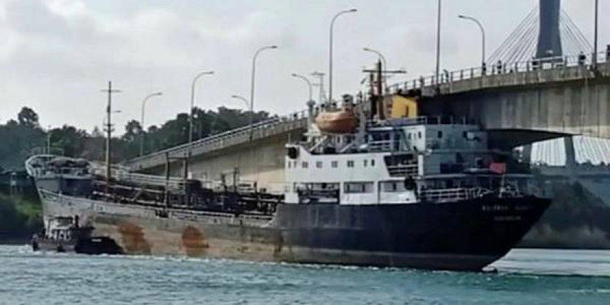 Akaryakıt tankeri köprüye çarptı