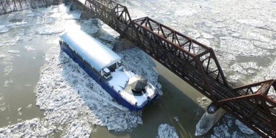 Buz kütleleri nehirdeki tekneleri sürükledi