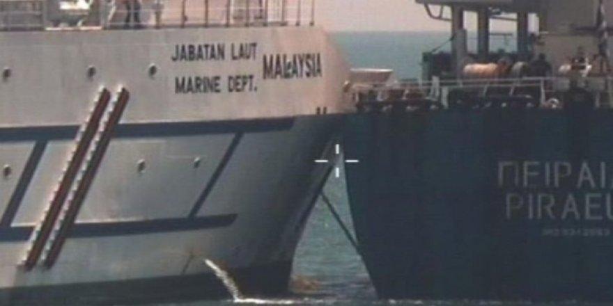 Malezya açıklarında 2 gemi çatıştı