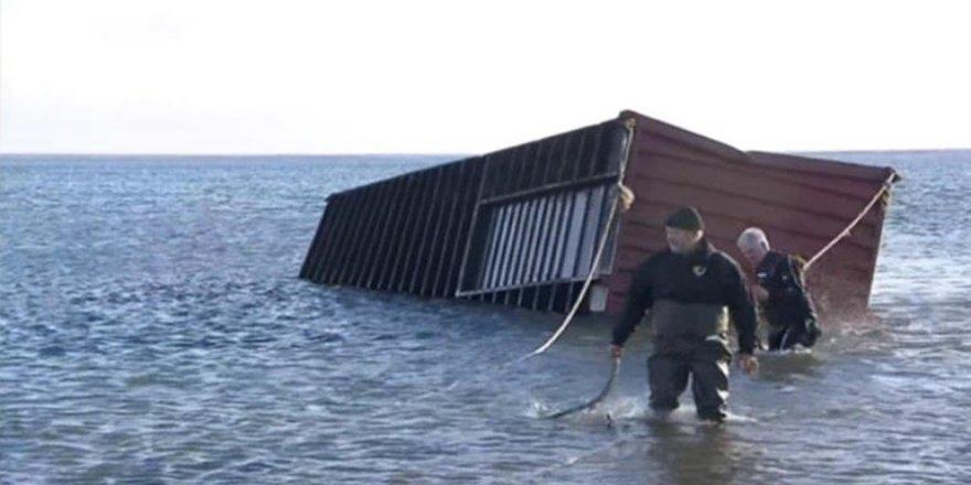 Yolcu teknesiyle yük gemisi çarpıştı: 15 yaralı