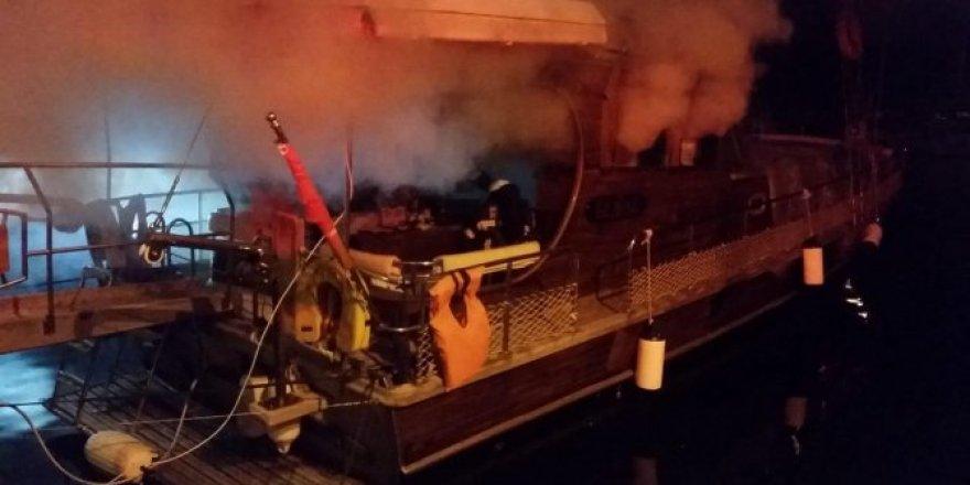 Barınakta demirli tekne alev alev yandı