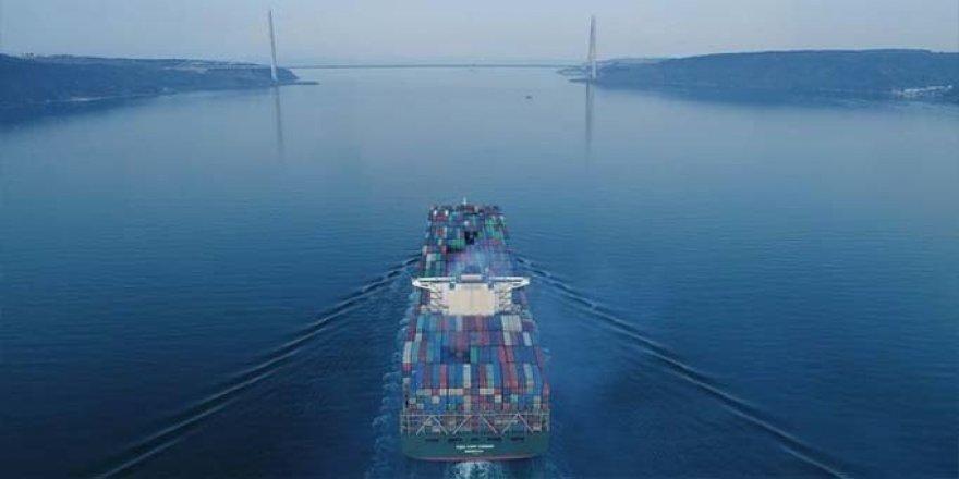 Devasa kargo gemisi Boğaz'dan geçti