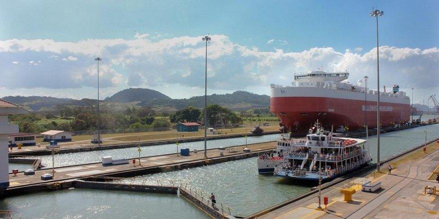 Panama kanalında gemiler çarpıştı