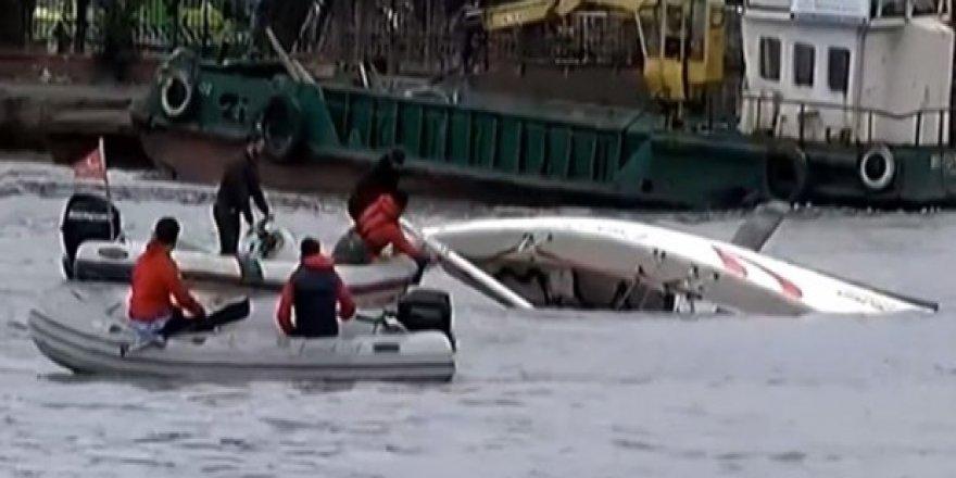 Haliç'te yelkenli tekne battı