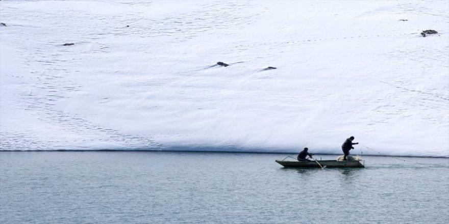 Buzlar çözülünce balık avı başladı