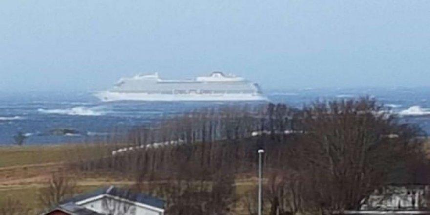 İçinde 1300 yolcu bulunan gemi sürükleniyor