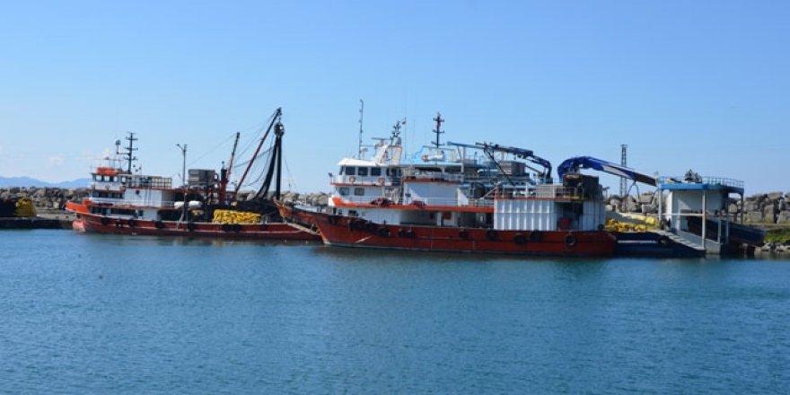 Balıkçılar teknelerini limana çekmeye başladı