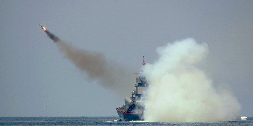 Rus gemileri Karadeniz'de füzeleri ateşledi
