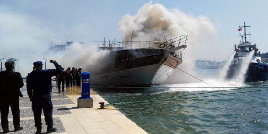 Çeşme'de gezi teknesinde yangın paniği