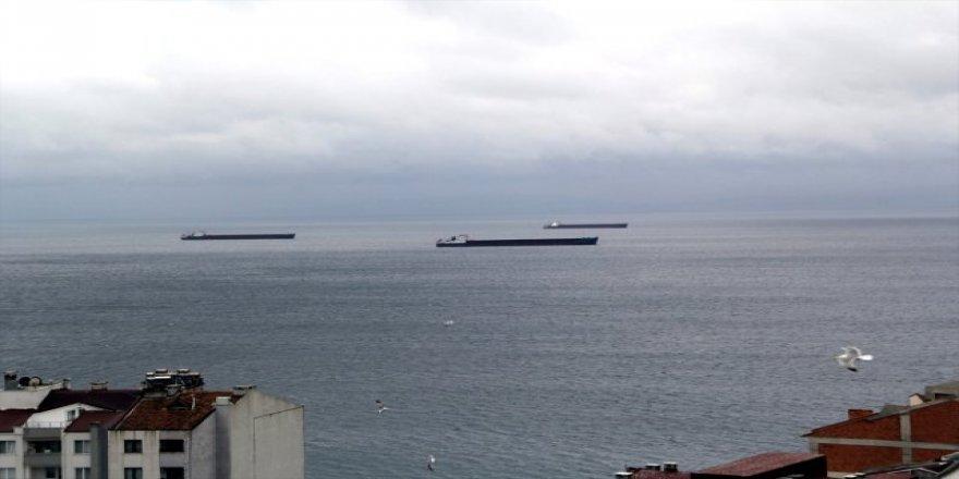 Yük gemileri Sinop Limanı'na sığındı